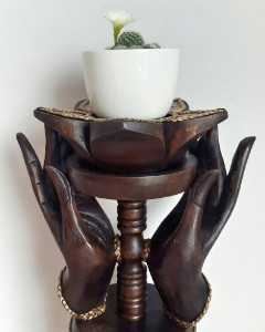 Bild von Handgefertigte Hände eines stehenden Buddhas mit Lotusblüte