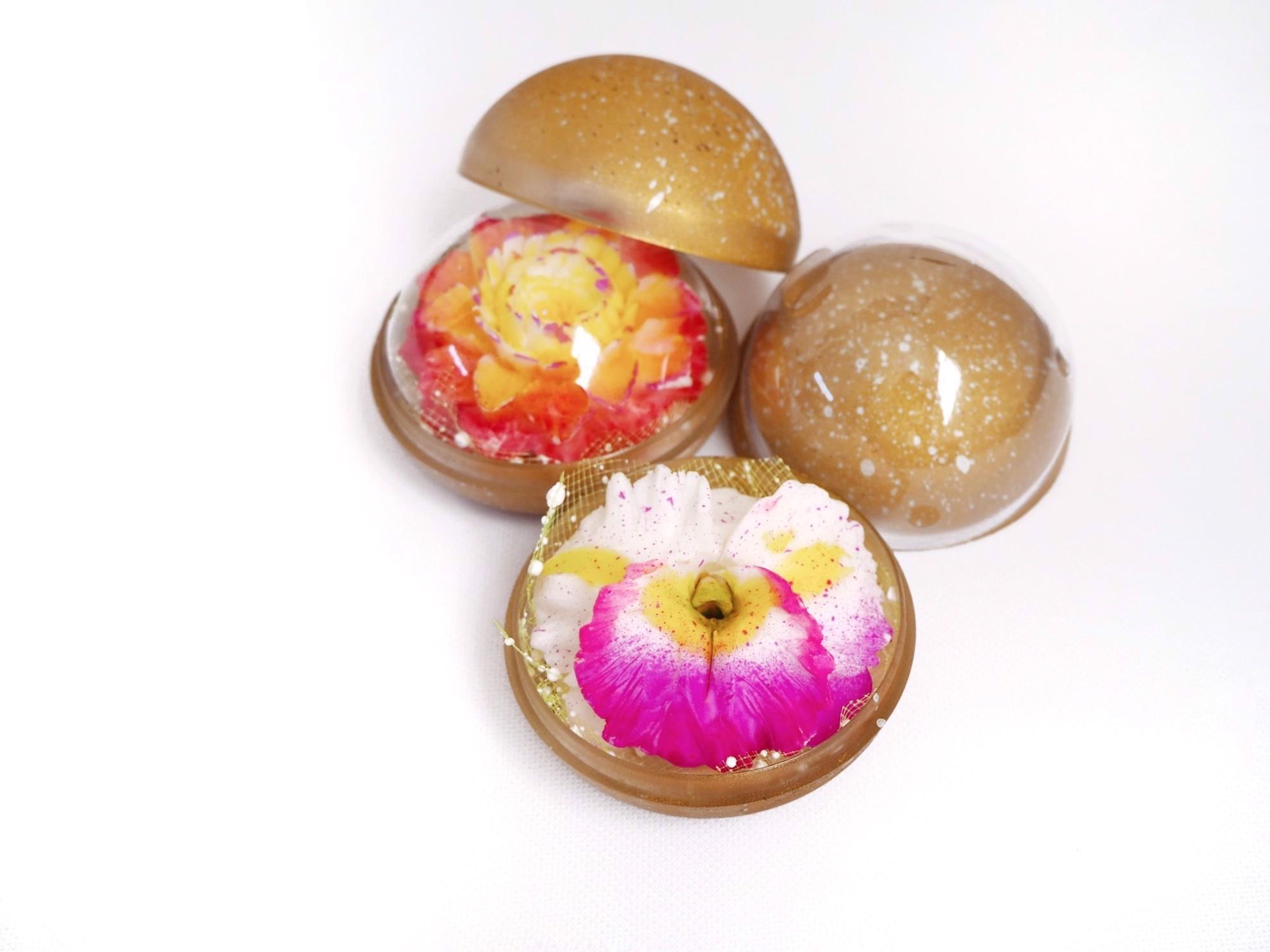Image sur Set composé de 2 savons décoratifs en forme d'Orchidée et Rose exotique sculptés à la main par un artisan et parfumés à l'huile essentielle aromatique de jasmin et rose