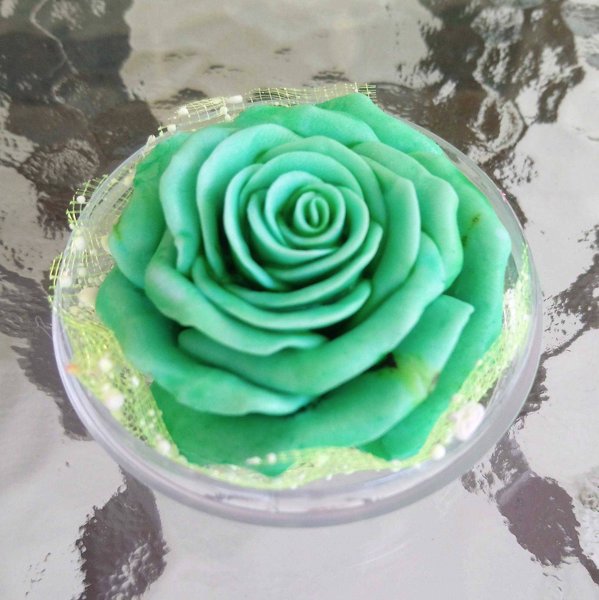 Bild von Eine handgeschnitzte Rose aus nach Rose duftender natürlicher Seife. Seifenblume. Hochzeitsbevorzugungen